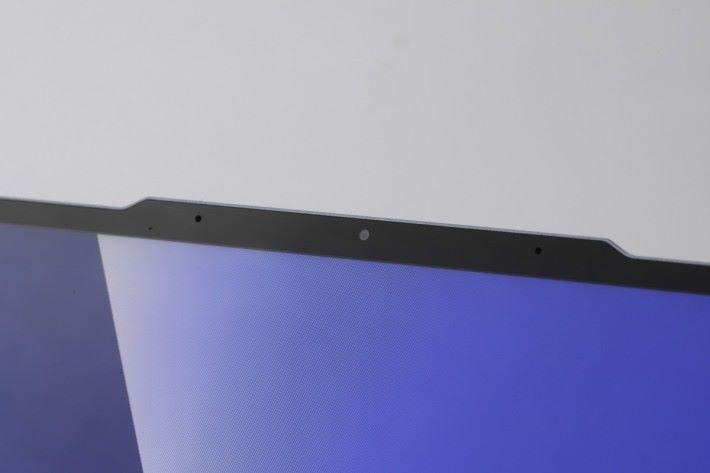 因為上方的邊框也造得非常窄,所以 Web Cam 部分稍為凸出。