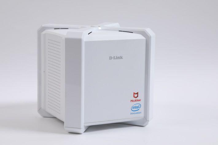 D-Link DIR-2680 設計獨特,四邊的「護罩」喻意病毒防禦。