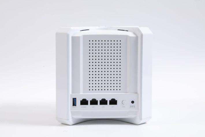 背部及底部滿佈散熱孔,採用 1 WAN + 3 LAN 配置。