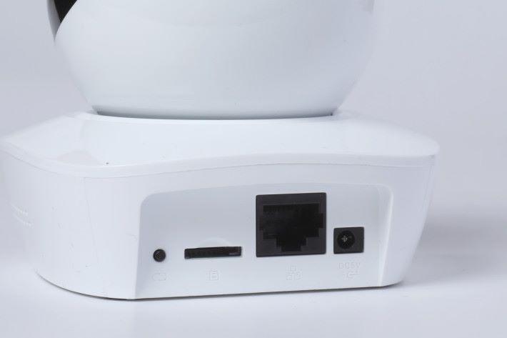 左起為 Reset 掣、microSD 卡槽、100Mbps LAN 埠及電源,Wi-Fi 天線內置於機身。