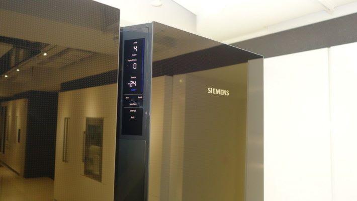 門邊有智能控制屏幕,方便用戶監察雪櫃的溫度變化。