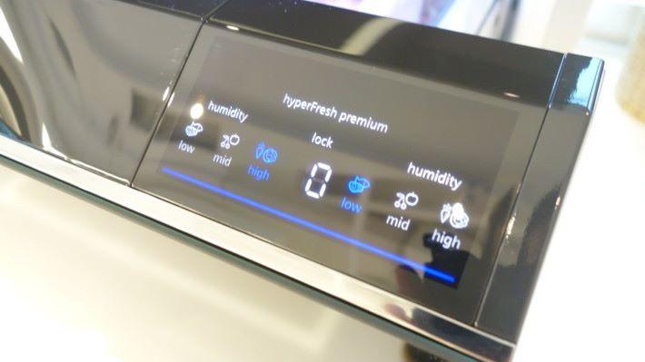 透過雪櫃門上面的智能控制平板,簡單設定存個別儲存格的濕度