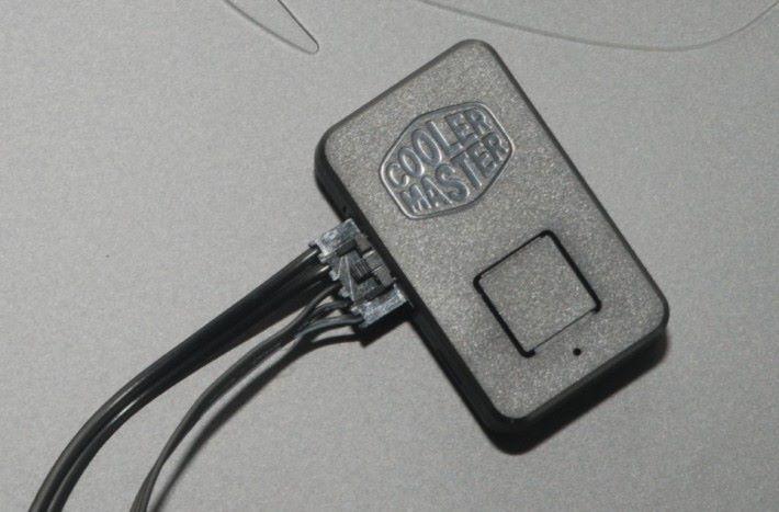Cooler Master RGB 控制器帶磁石功能,可輕易吸附在機箱上。