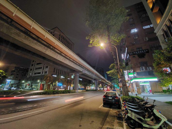 使用夜拍模式,遠處大廈有更多細節顯現,銳利度稍有提升,更重要的是整張相片雜訊不多,可有更「乾淨」的夜拍效果。