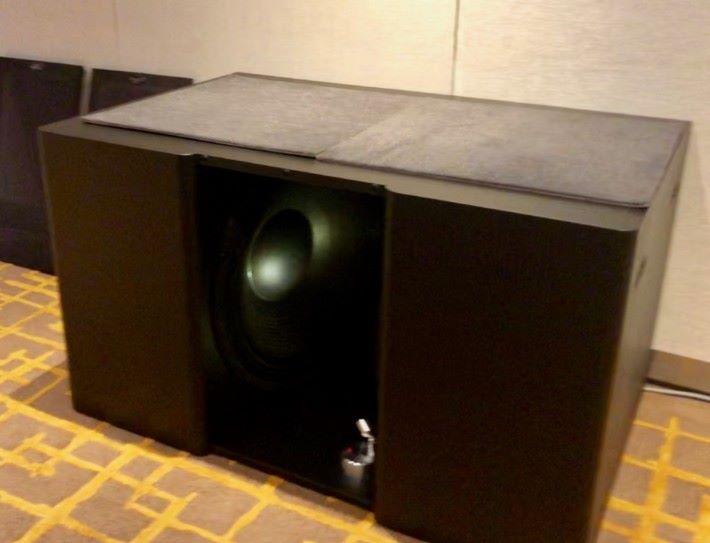 .Procella Audio V21 21寸雙低音揚聲器,發起聲來推動空氣,感覺紹起風一樣。