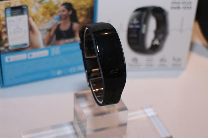 智能手帶 Smart Wristband EWB-1010 記錄用戶健康數據,包括心電圖。
