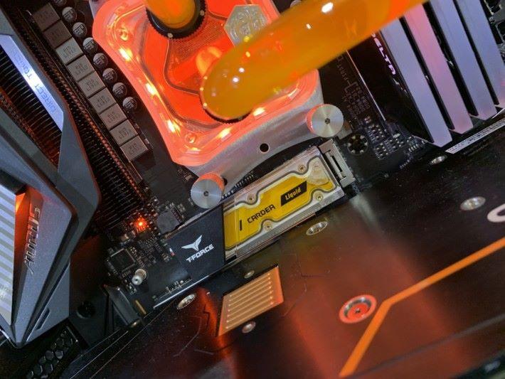 配搭橙色水冷液的 M.2 SSD 就最合襯。