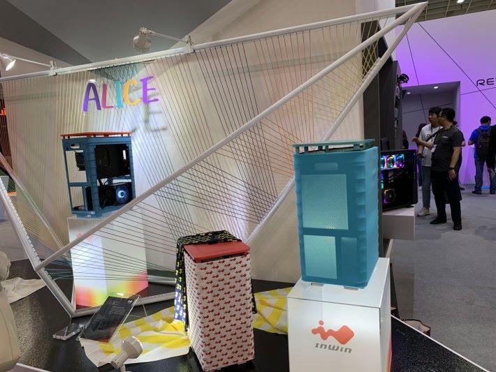 布料與膠框的結合,是 Alice 系列的特色。