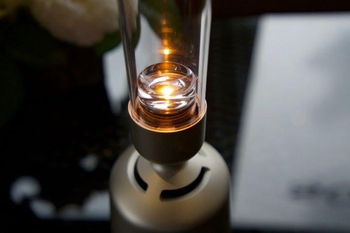 LED 燈由第一代燈絲變成第二代燈粒,不過加入調光及模擬燭光效果。