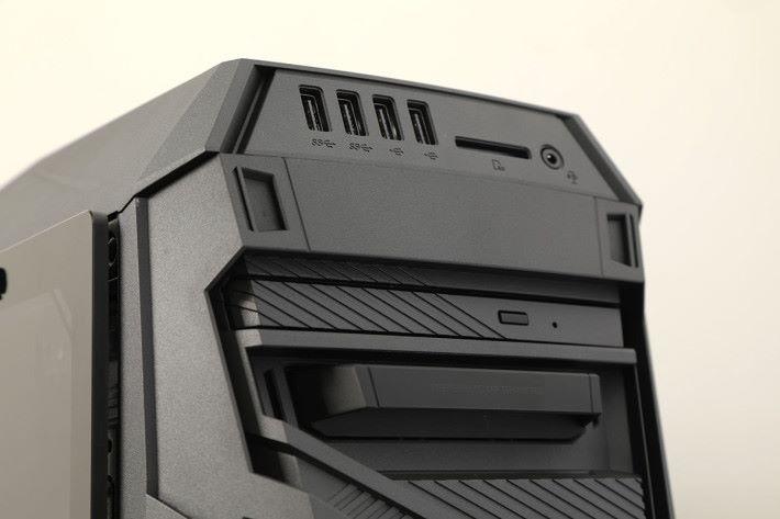 拆下面板,原來隱藏了光碟機、SSD 擴充功能。