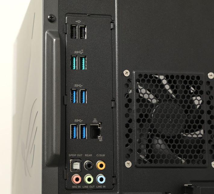 I/O(後)以傳統 USB Type-A 輸出為主,沒有 USB Type-C。