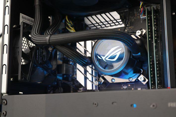 CPU 採用 AIO 120mm 一體式水冷。
