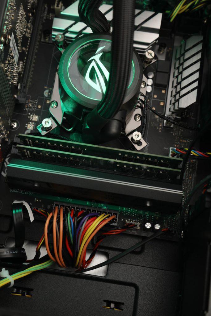採用 2×16GB DDR4-2666 記憶體,ROG DIMM.2 模組支援 NVMe SSD。