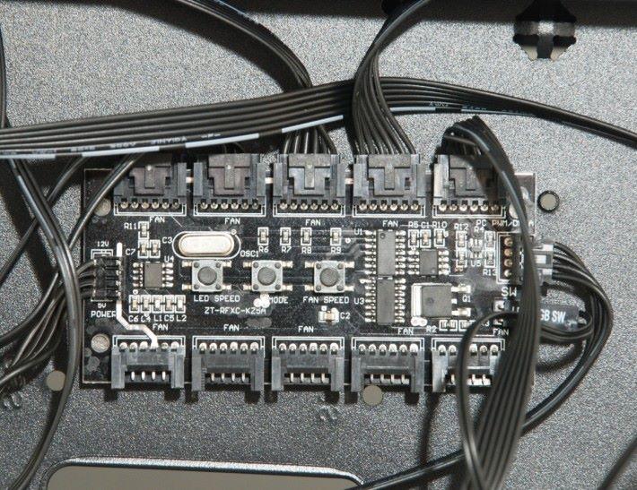 機箱背部可見 10-Port RGB Control Hub,最多同時控制 10 Addressable RGB 設備。