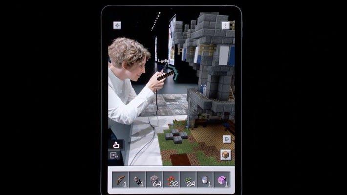 玩家使用十字鎬時,於另一名玩家的視角中可以見到。