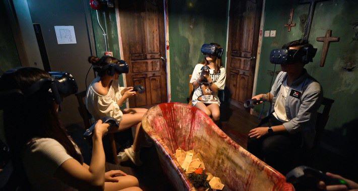 戴上 VR 頭盔合作捉鬼!