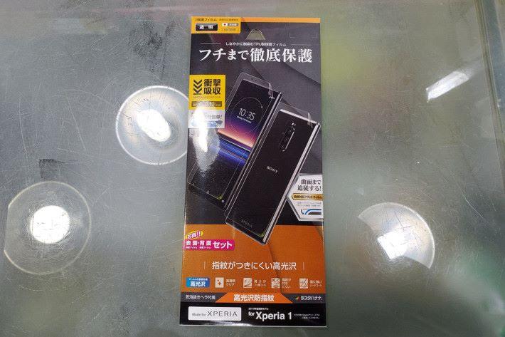 同廠的「滿版」屏幕保護貼引入了高光亮防指紋版本,而且內裡更備有機背貼。