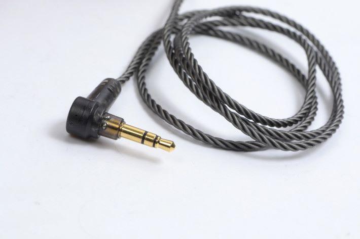 線材是全新的 Smoky Litz Wire Cable 鍍銀銅線,更輕巧柔軟。