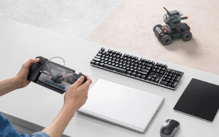 機械人可以以手機觸控屏幕、專用手機手掣、鍵盤滑鼠以至人體姿勢來操控