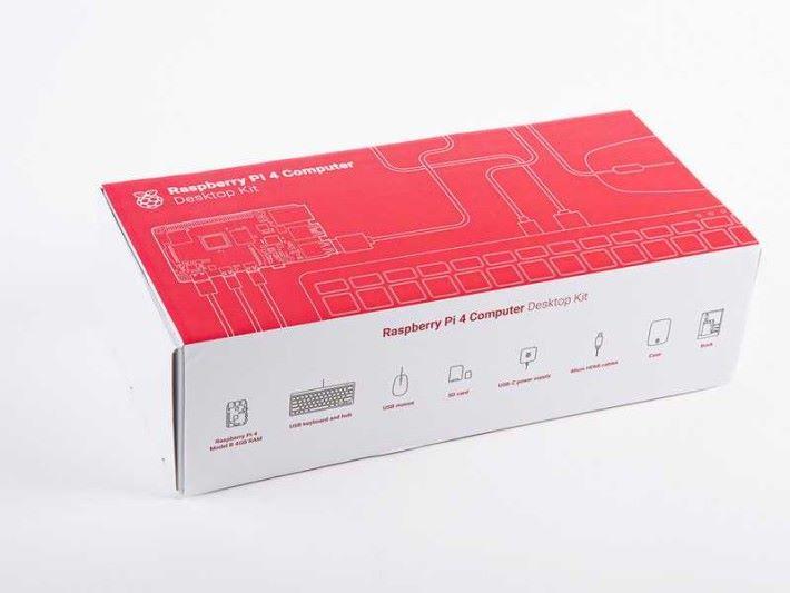 Raspberry Pi 4 Desktop Kit 有齊 RPi4B 主機、 3A USB-C 火牛、原裝鍵盤滑鼠 、 兩條 micro-HDMI 線、 32GB microSD 及入門指南等。