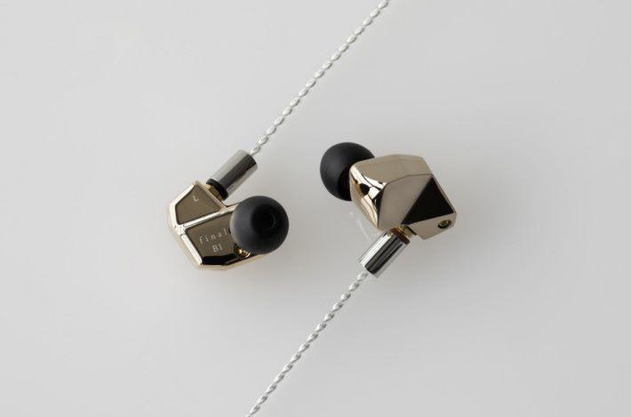 玫瑰金色外殻的 final B1 入耳式耳機,採用一圈一鐵單元,音色平衡具立體感。
