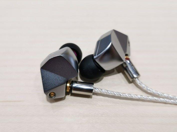 B3 屬該系列的中級型號,換上銀色外殻並用上雙動鐵單元,音色清澈亮麗。