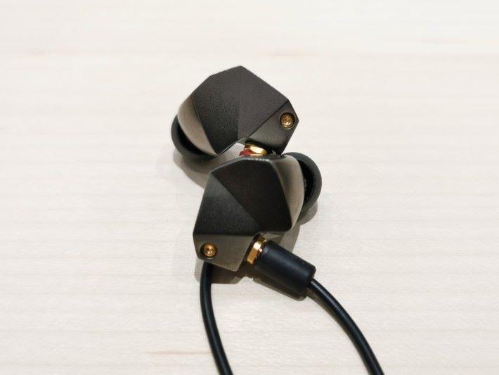 入門級單鐡耳機 B2,人聲較貼身得來,樂器表現清晰又富動感。