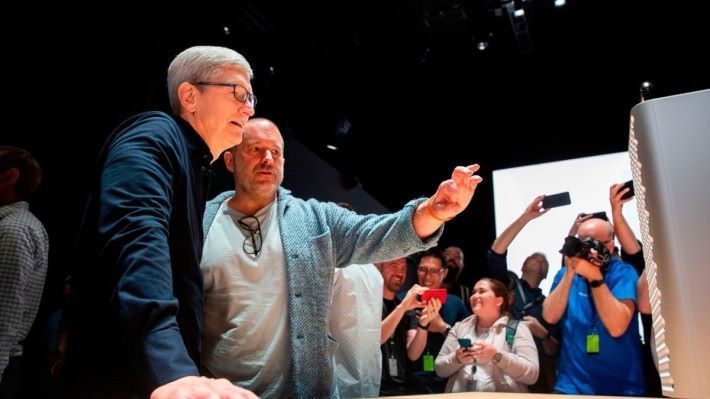 今年 WWDC 時 Jony 為 Tim Cook 介紹新 Mac Pro 的設計。