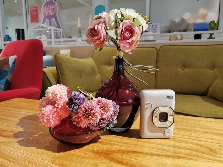 mini LiPlay 外型圓渾,長方形設計的機身,令它成為 instax mini 系列中最細的即影即有相機。