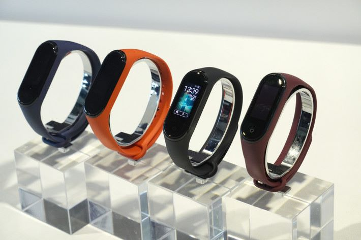 小米手環 4 配備 0.95 吋彩色 AMOLED 觸控屏幕,令觀看資訊效果更佳。