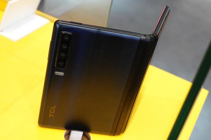 同現時的主流手機一樣,TCL 5G 摺疊屏幕手機原型機具備多主鏡頭系統。