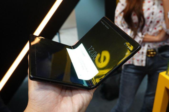 將原型機拿上手時,感到沒有想像中那麼「墜手」,而且機身較一般智能手機來得細,原因是可以完全攤開以獲得更大的屏幕面積,也是摺疊屏幕手機賣點之一。