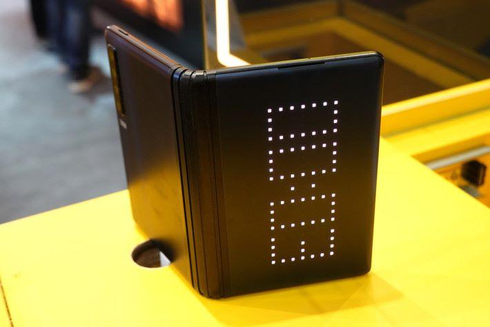其中一邊「背面」是 LED 屏幕,可顯示時間或提示等簡單資訊。