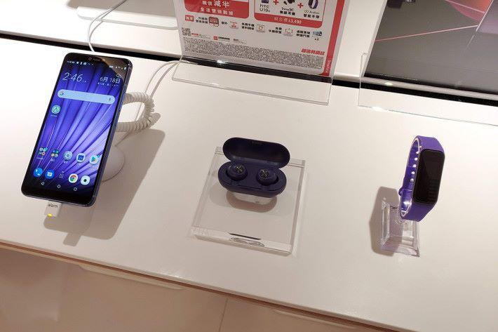 SmarTone 為 HTC U19e 推出「點紫絕配」組合,優惠價 $3,498 (原價 $4,553 )即可入手 HTC U19e、 inno3C 真無線耳機及 Archon 智能手帶。