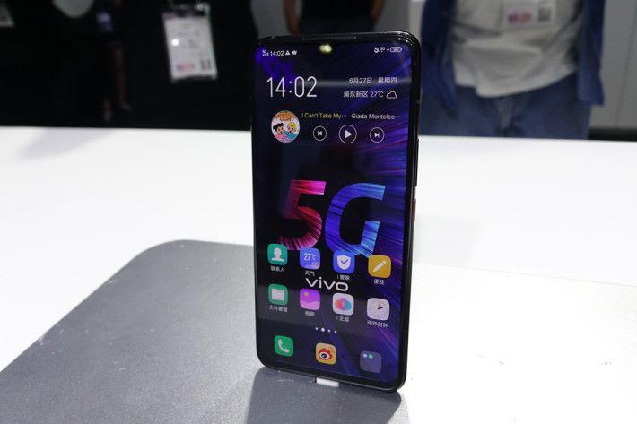 首部 5G 智能手機 iQOO 5G,此機同現時水貨有售的 iQOO 有著相同規格設計,但支援 5G 網絡。
