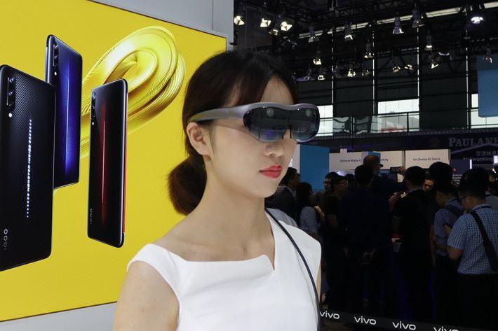 近來國內開發商接連公布輕盈的 AR 眼鏡產品,顯示 AR 應用仍然方興未艾。不過這種有線連接手機來分擔 AR 眼鏡重量的做法,未必是「 Apple 杯茶」。