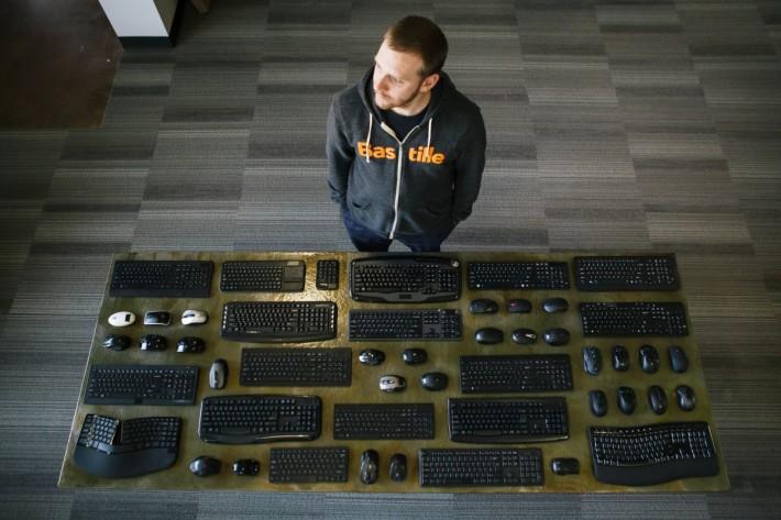 Marc Newlin 2016 年就發現不少採用 2.4GHz 無線滑鼠和鍵盤的 USB 加密狗存在漏洞。(來源:CNET)