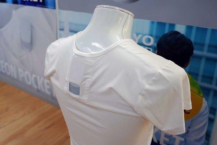 REON POCKET 放入能提升舒適感的專用內衣的後頸位置口袋裡。