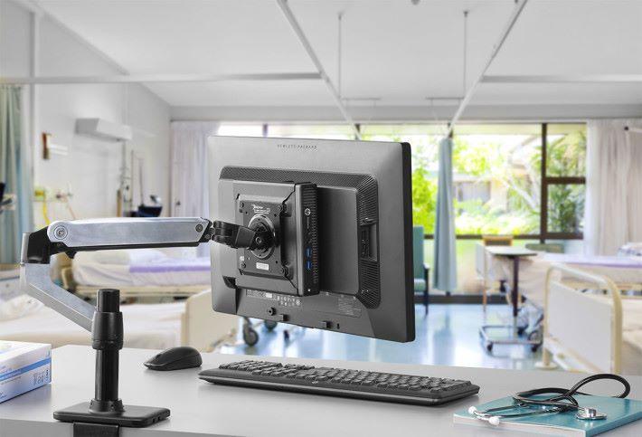 組合將纖細易拆的機身外掛於屏幕背面,配合支架營造出簡潔的桌面空間。