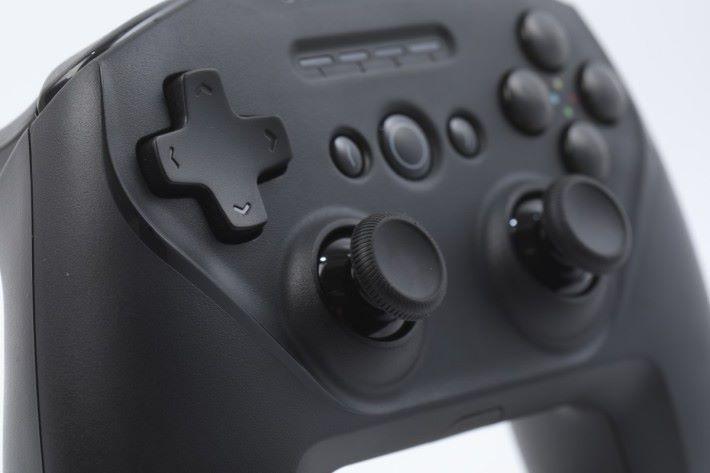 對稱的類比搖桿令人想起 PS4 手掣。