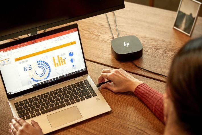 以 USB-C Docks 一條線即可接駁屏幕,同時為電腦充電。