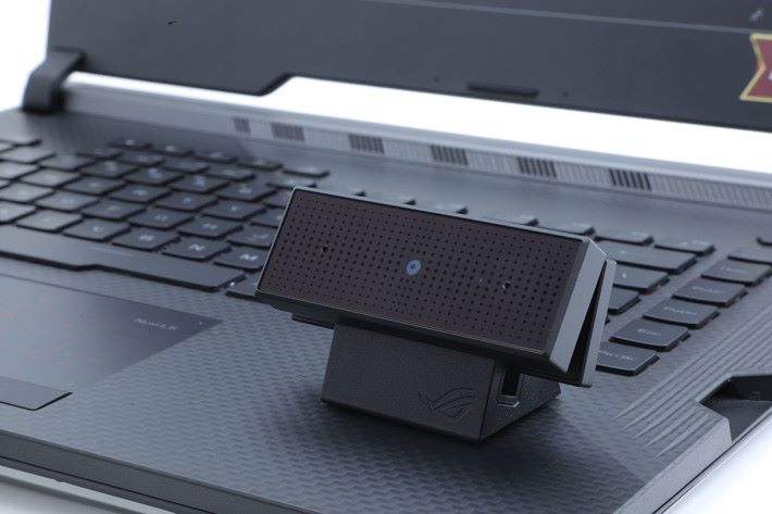 Webcam 為分體式設計,可夾於屏幕上,也可以座於桌面。