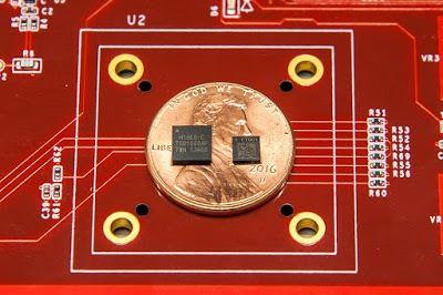 右邊輕小的一粒就是 Pixel 4 將採用的 Titan M 保安晶片(左邊的是 Titan 保安晶片)