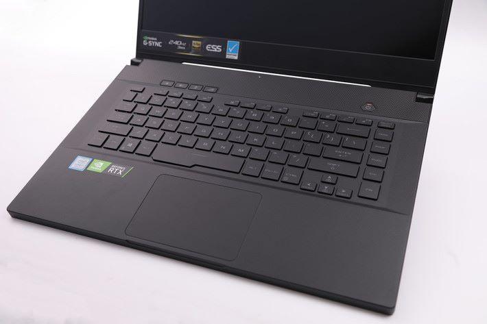 有別於前幾代的設計,採用較為傳統的鍵盤配置方式,更適合用於狹窄的空間或放在膝蓋上使用。