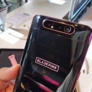 黑色加粉紅配搭的 Galaxy A80,非常型格,機背更印有 BlackPink Logo。