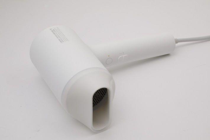 採用極簡約的純白色設計。