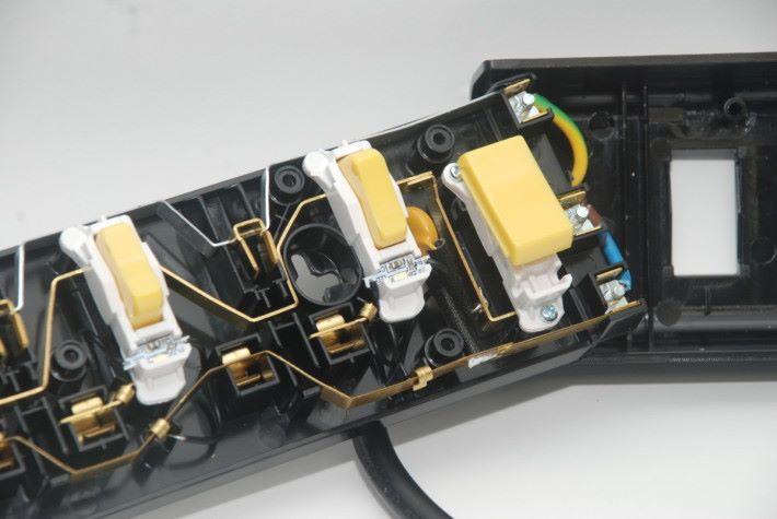 金屬導體之間留有絕緣檔板