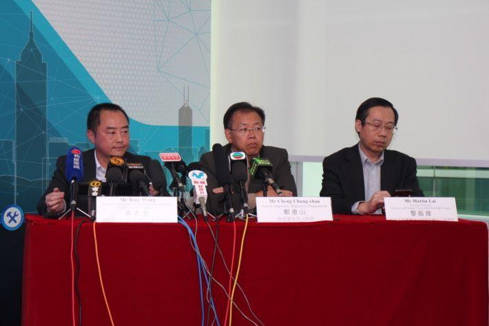 黃志光(左)稱,基於公眾對私隱憂慮,現已擱置三個功能,有待邀請專家組成諮詢委員會,並跟區議會進一步磋商。