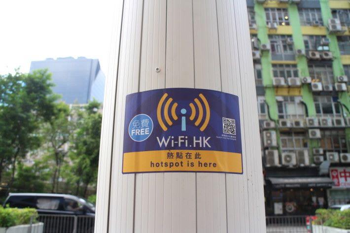 另一支燈柱設 Wi-Fi 服務,亦有標籤說明。
