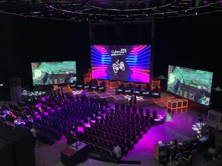 場地可容納 300 位觀眾,適合舉辦一些中型的賽事或活動
